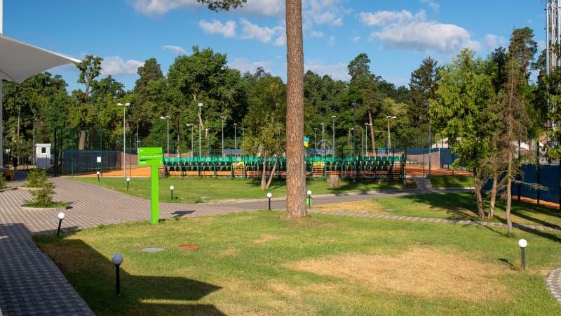 Centro de ocio de lujo fuera de la ciudad Día de verano soleado en los deportes y el centro de ocio foto de archivo libre de regalías