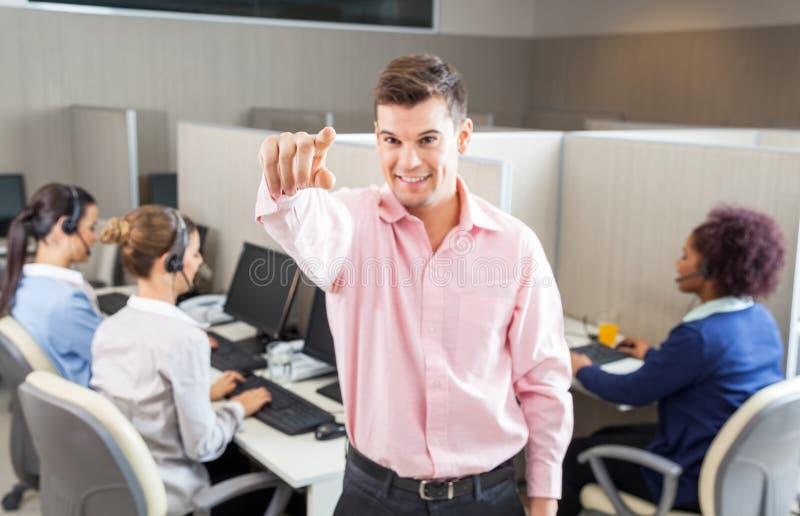 Centro de Pointing In Call do agente do serviço ao cliente fotos de stock royalty free