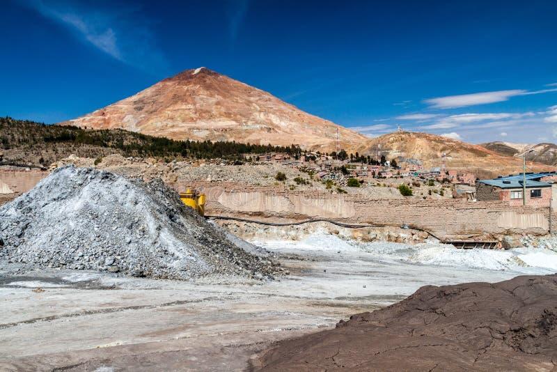Centro de procesamiento del mineral en Potosi, Bolivia Montaña de Cerro Rico en backgroun imágenes de archivo libres de regalías