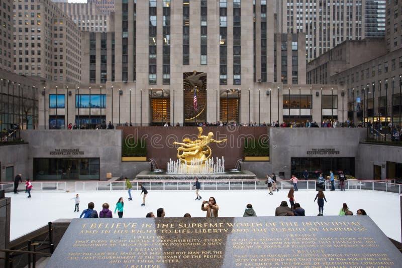 Centro de Rockefeller que patina na frente do PROMETHEUS fotografia de stock