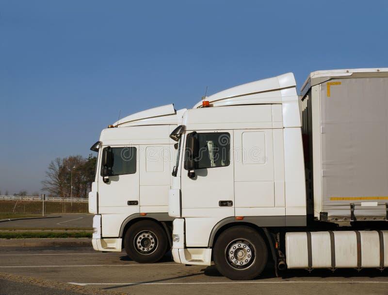 Centro de serviço do caminhão Dois dos mesmos caminhões estacionados no parki fotografia de stock