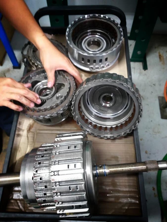 Centro de serviço de reparações velho do carro das peças sobresselentes do carro foto de stock