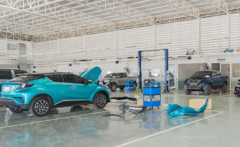 Centro de servicios de reparación del coche con la reparación del mantenimiento del automóvil foto de archivo libre de regalías