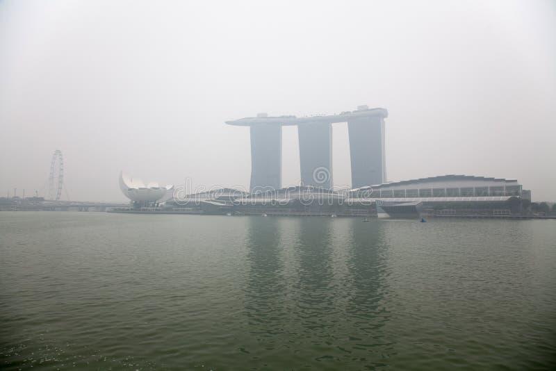 Centro de Singapur cubierto en neblina imagen de archivo libre de regalías