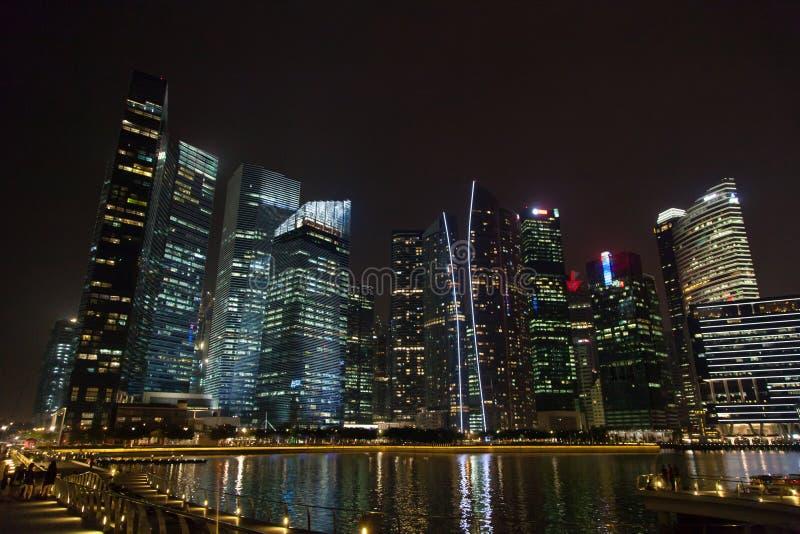 Centro de Singapur en la noche imagen de archivo libre de regalías