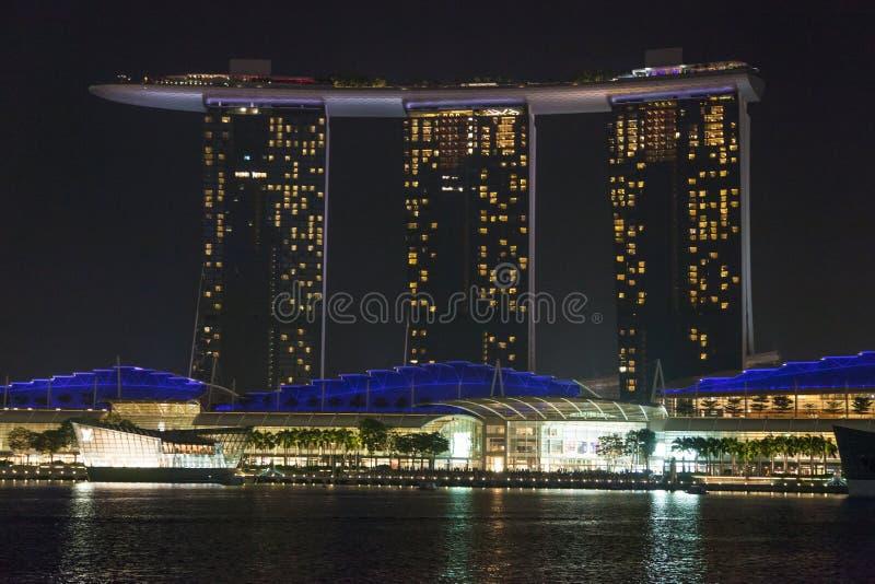 Centro de Singapur en la noche imagen de archivo