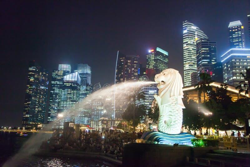 Centro de Singapur en la noche foto de archivo libre de regalías