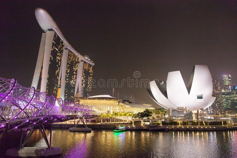 Centro de Singapur en la noche imagenes de archivo