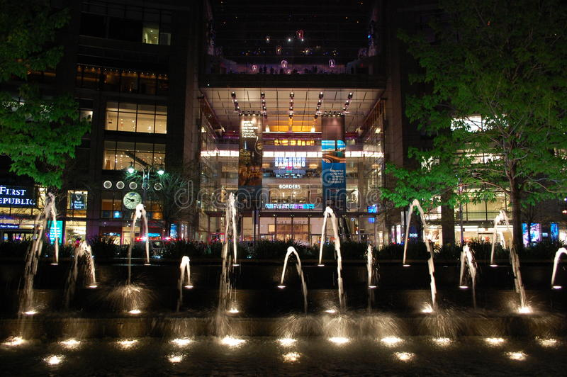 Centro de Time Warner na noite fotografia de stock royalty free