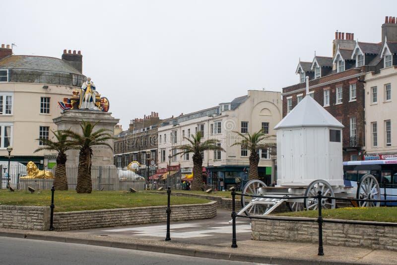 Centro de Weymouth com antiga máquina balnear e Rei George a terceira estátua imagem de stock