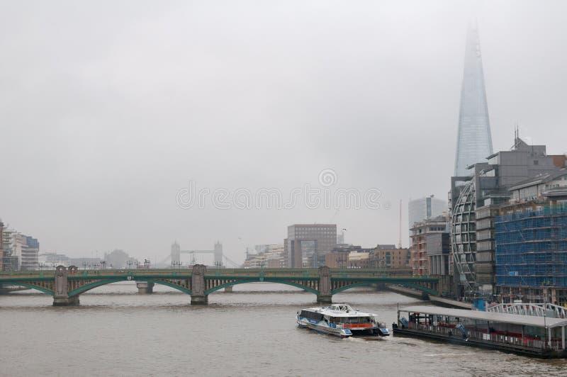 Centro del banco de puente de la niebla del río de Londres foto de archivo