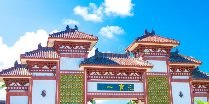 Centro del budismo de Nanshan, vista de las puertas y hermoso con una cama bajo la forma de pavo real el parque es cinco estrella imagenes de archivo