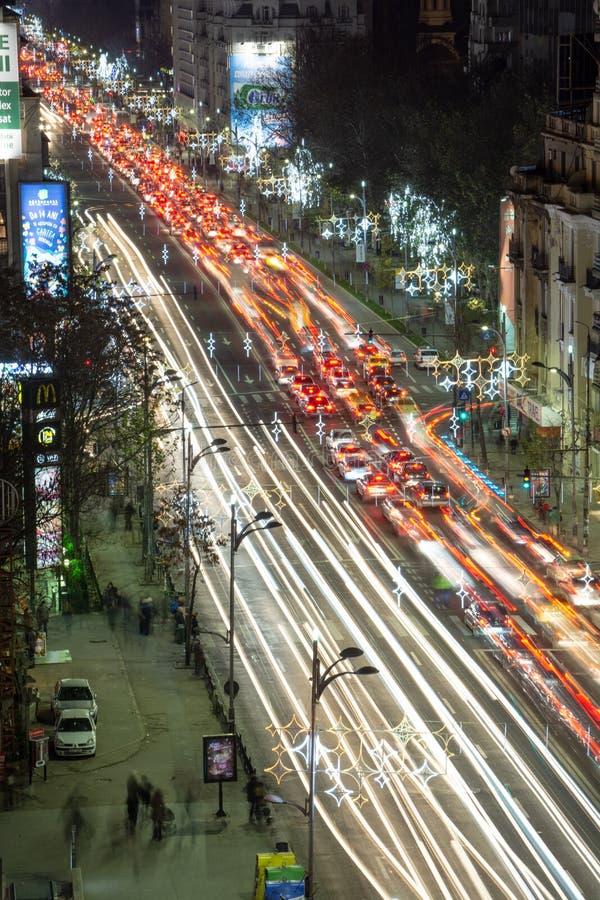Centro del paisaje urbano de la noche de Bucarest en tiempo de la Navidad imagen de archivo