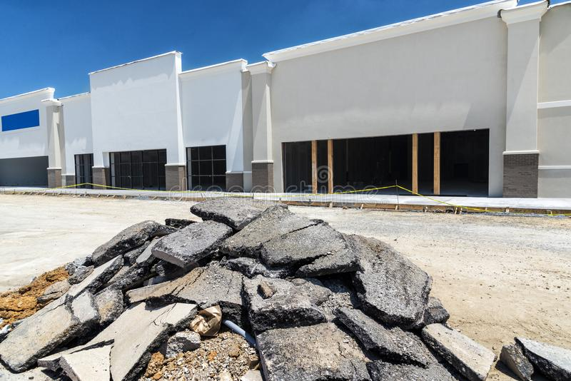 Centro della striscia di vendita al dettaglio della nuova costruzione fotografie stock libere da diritti