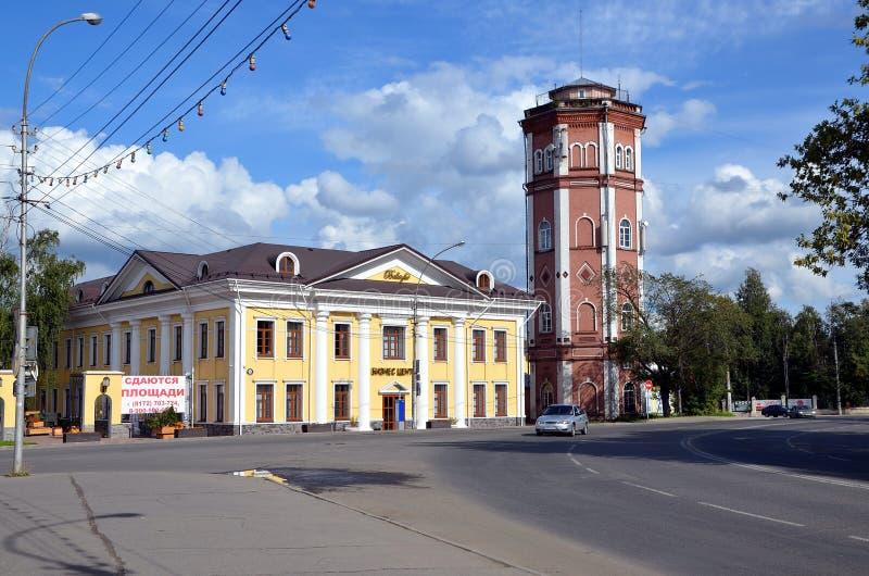 Centro di affari Bellagio e vecchia torre di acqua in Vologda immagine stock libera da diritti