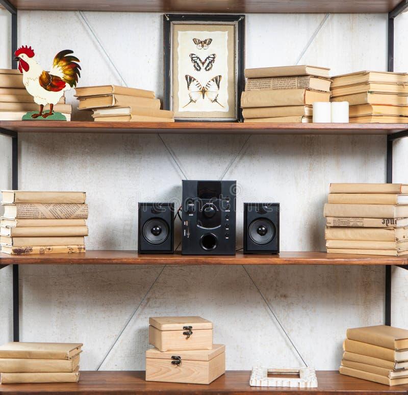 Centro di musica compatto nell'interno residenziale d'annata del sottotetto sullo scaffale fotografia stock libera da diritti