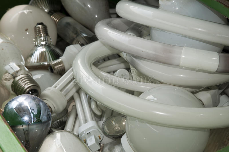 Centro di riciclaggio italiano - lampade al neon immagine stock