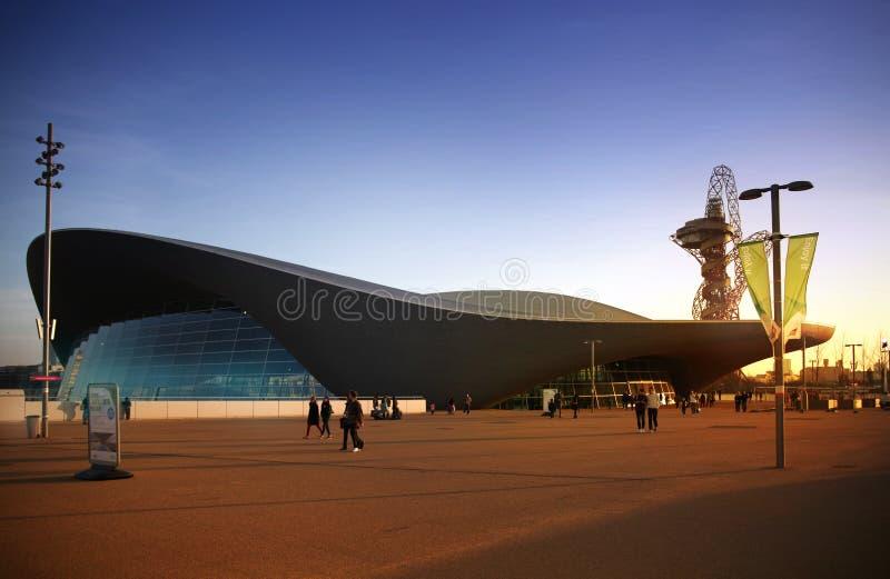 Centro do Aqua da vila olímpica de Londres imagem de stock royalty free