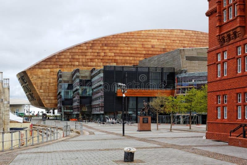 Centro do milênio de Gales, Cardiff, visto da margem imagens de stock