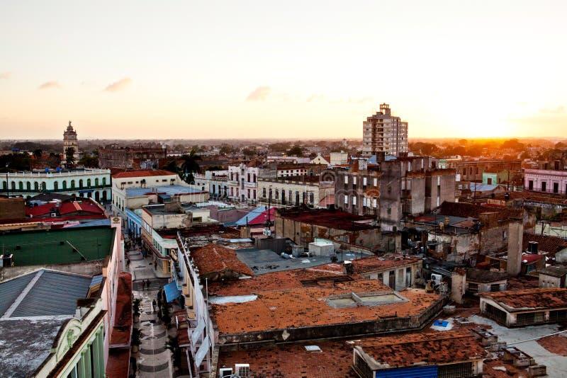 Centro do patrimônio mundial do UNESCO de Camaguey de cima de Vista da rua pedestre Maceo para a igreja de Soledad foto de stock