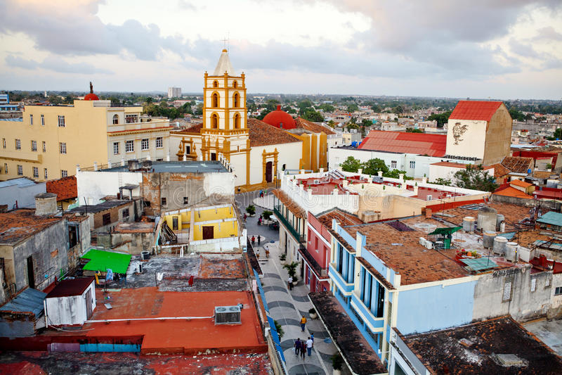 Centro do patrimônio mundial do UNESCO de Camaguey de cima de Vista da rua pedestre Maceo para a igreja de Soledad De cima de foto de stock