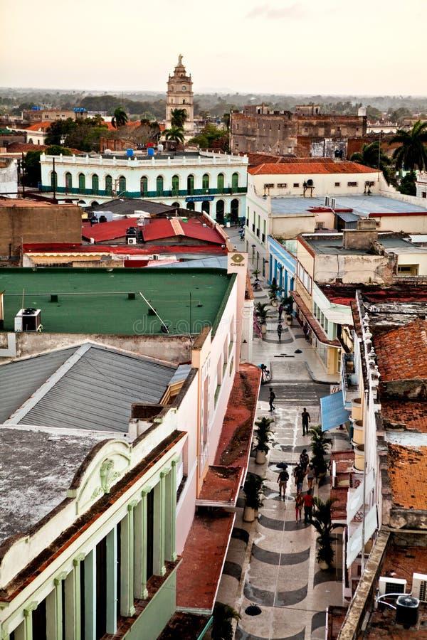 Centro do patrimônio mundial do UNESCO de Camaguey de cima de Vista da rua pedestre Silhueta do homem de negócio Cowering foto de stock royalty free