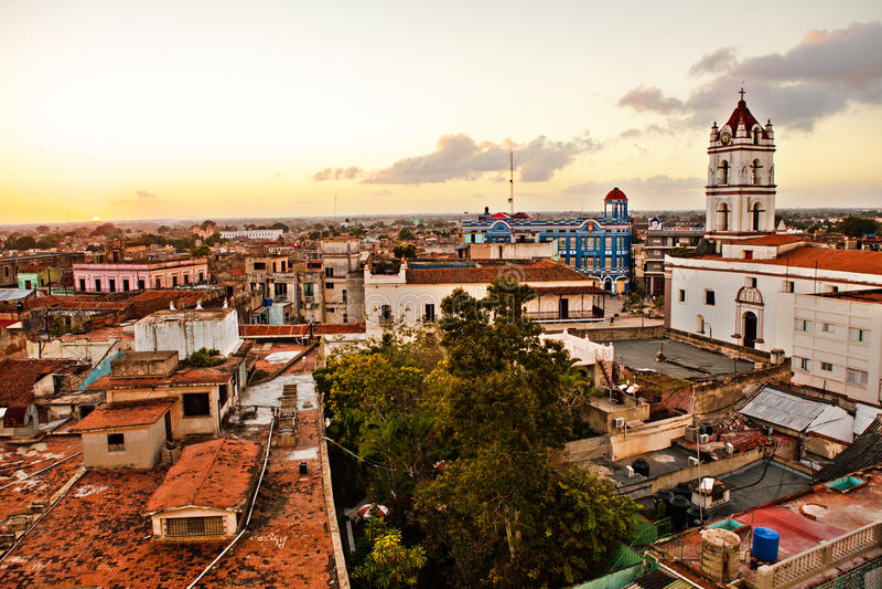 Centro do patrimônio mundial do UNESCO de Camaguey de cima no por do sol Vista da plaza de los Trabajadores Silhueta do homem de  fotos de stock royalty free