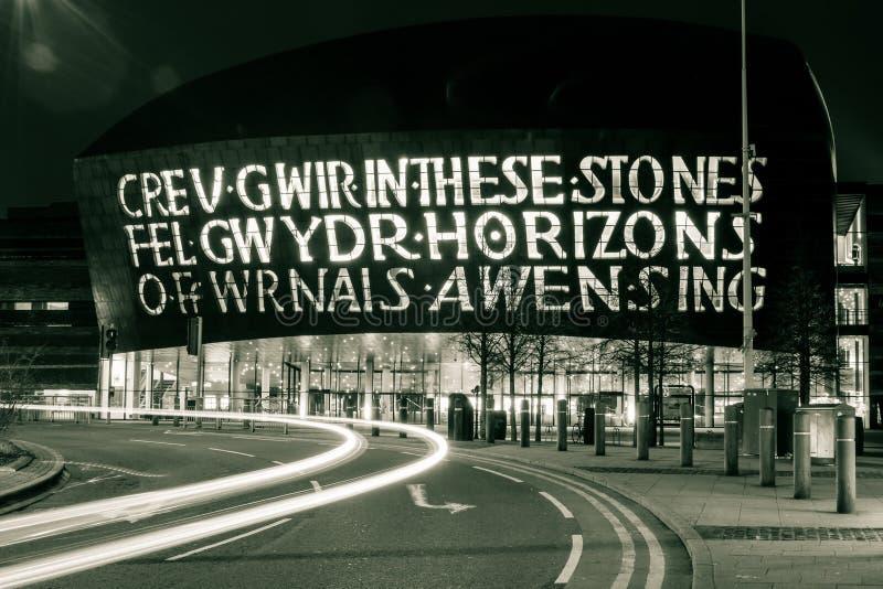 Centro do visitante da baía de Cardiff na noite fotos de stock