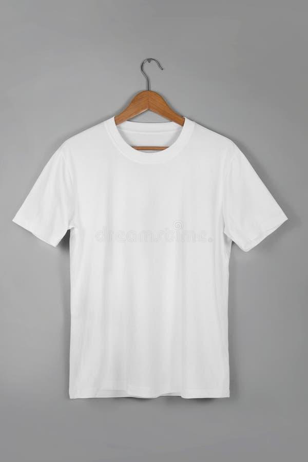 Centro en blanco blanco Gray Concrete Empty Wa de la ejecución de la camiseta de algodón imágenes de archivo libres de regalías