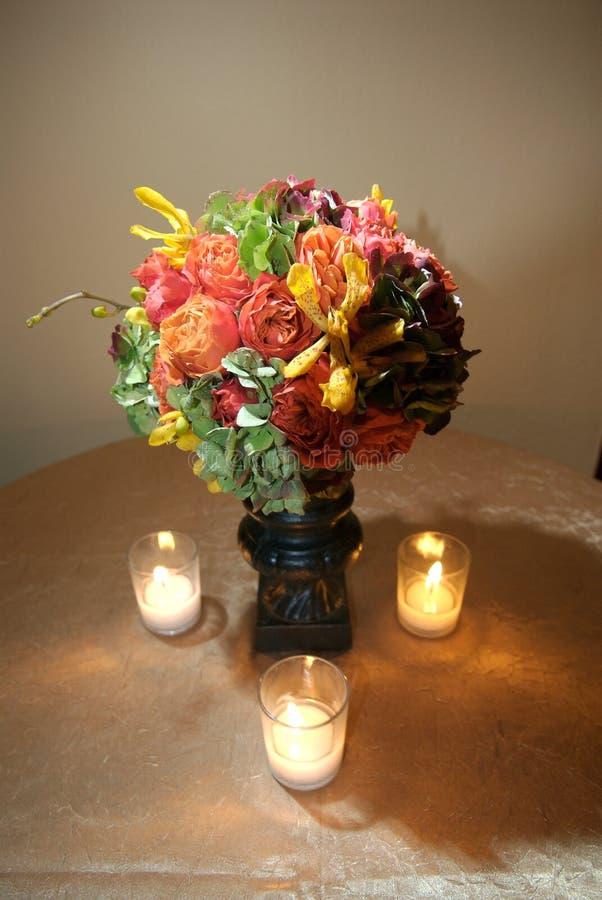 Centro floreale con le candele immagine stock