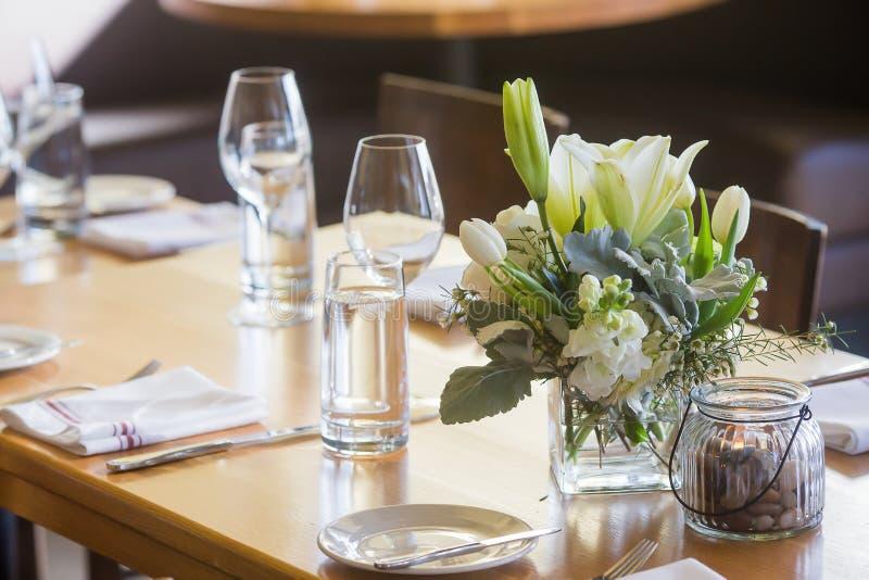 Centro floreale su una tavola ad una cena fotografia stock libera da diritti