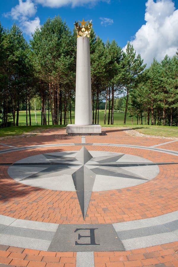Centro geografico di Europa, con la corona delle stelle su una colonna e una rosa dei venti o una rosa dei venti fotografie stock