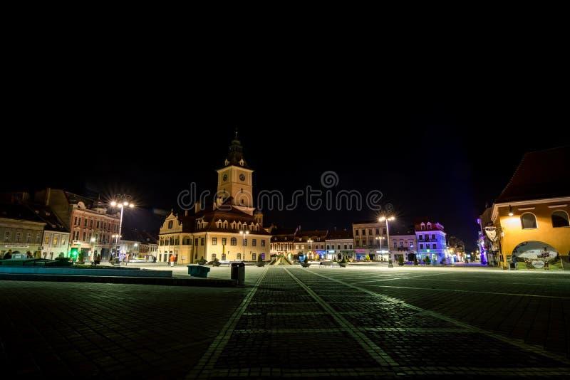 Centro histórico de Brasov na noite, Romênia foto de stock