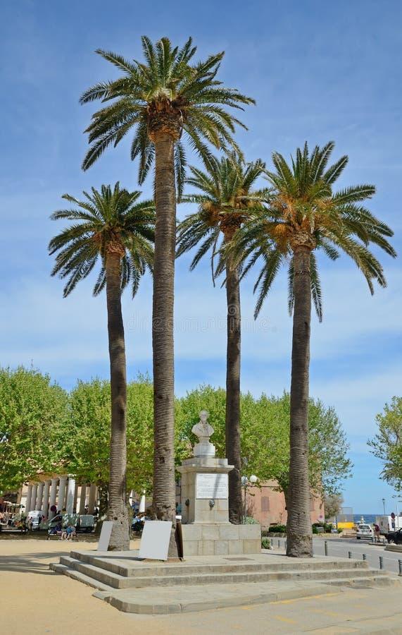 Centro histórico de la ciudad corsa L ` Ile Rousse imágenes de archivo libres de regalías