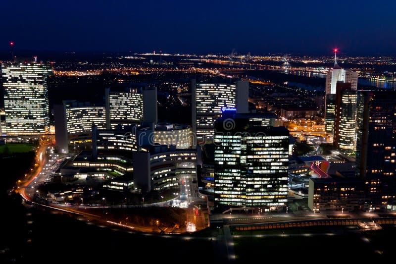 Centro internacional de Viena (ciudad del UNO), en la noche fotografía de archivo
