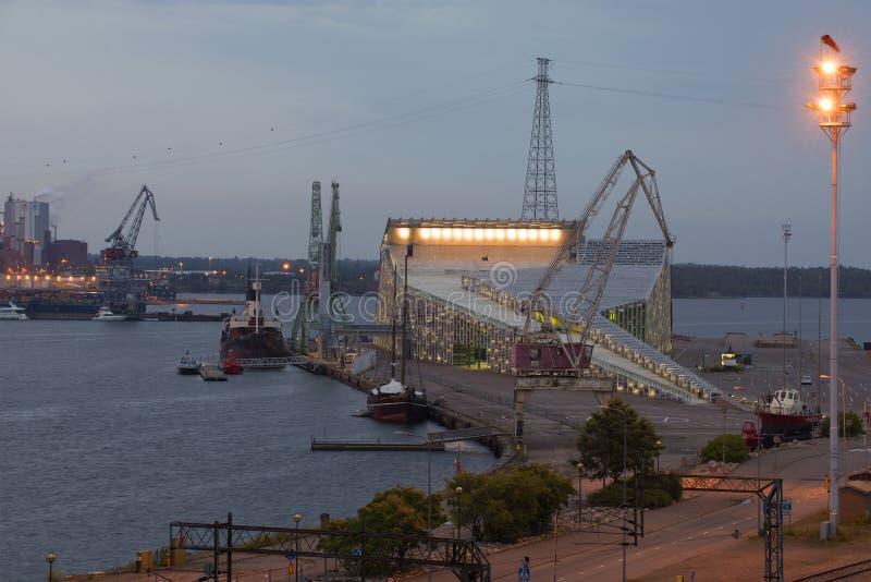 Centro marinho Vellamo no crepúsculo Kotka, Finlandia fotos de stock