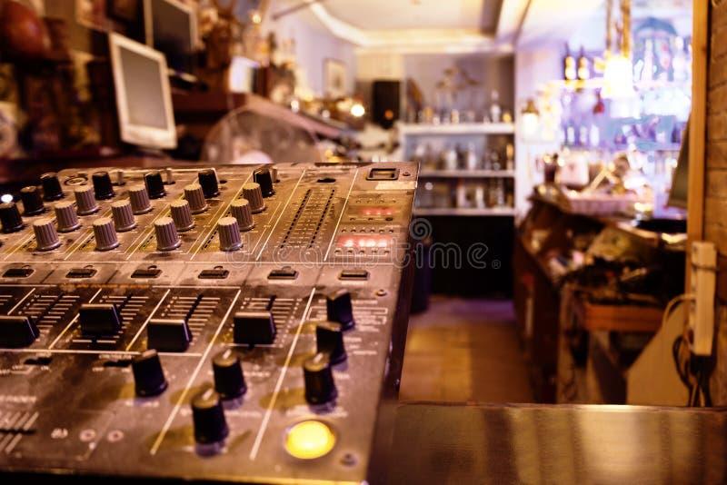 Centro o cubierta de control de la música en una tienda al por menor imágenes de archivo libres de regalías