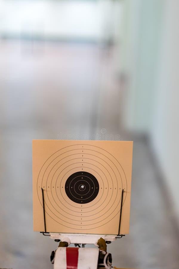 Centro, obiettivo fatto di carta, con il foro nel centro, poin dieci immagine stock