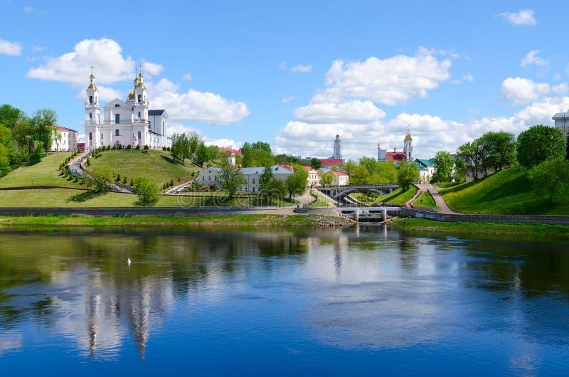 Centro storico di Vitebsk sopra Dvina occidentale, Bielorussia immagini stock