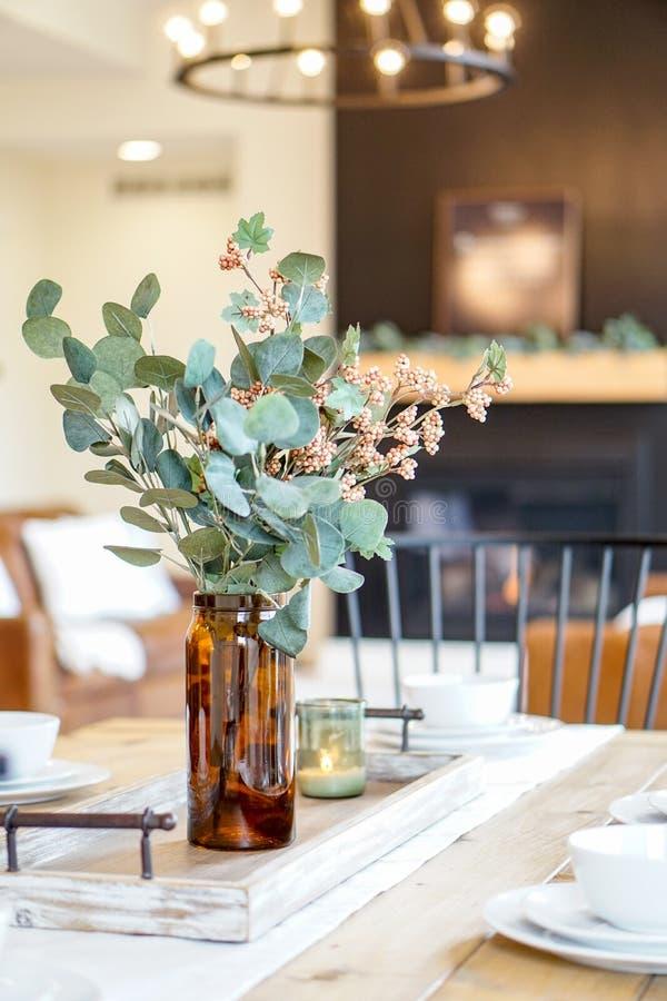 Centro tavola semplice e naturale della sala da pranzo fotografie stock