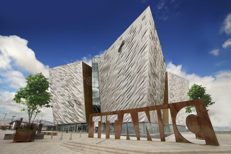 Centro titânico de Belfast, do museu e dos visitantes fotos de stock