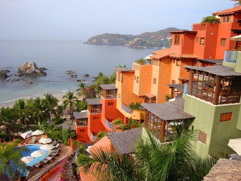 Centro turístico colorido colgante en la Costa del Pacífico de México fotos de archivo