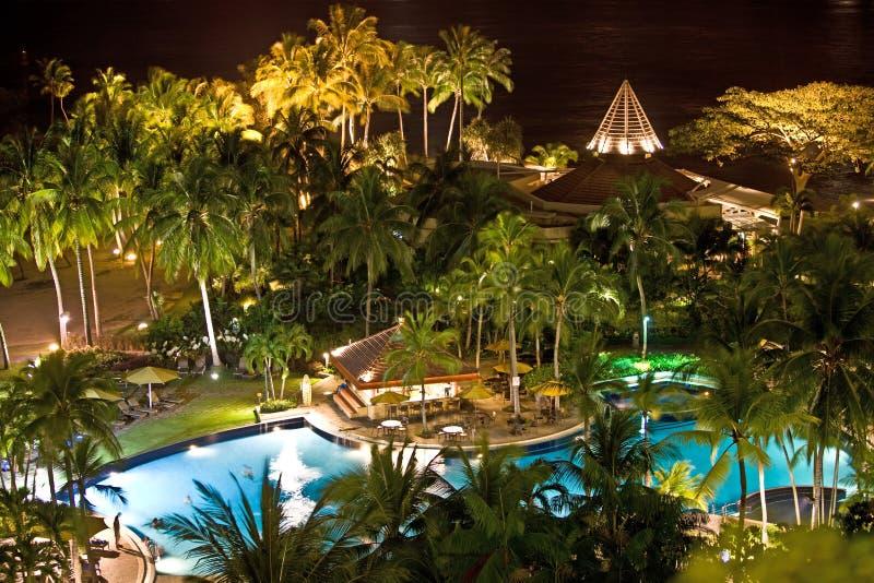 Centro turístico de balneario tropical. Paisaje de la noche. imagenes de archivo