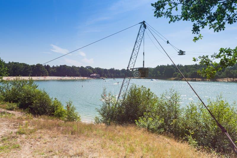 Centro turístico de esquí acuático con un cielo azul en el fondo imagen de archivo libre de regalías