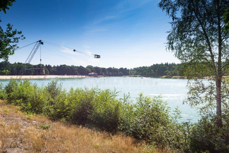 Centro turístico de esquí acuático con un cielo azul en el fondo imagenes de archivo