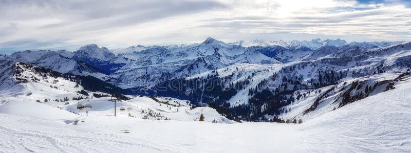 Centro turístico de esquí en las montan@as austríacas imagenes de archivo