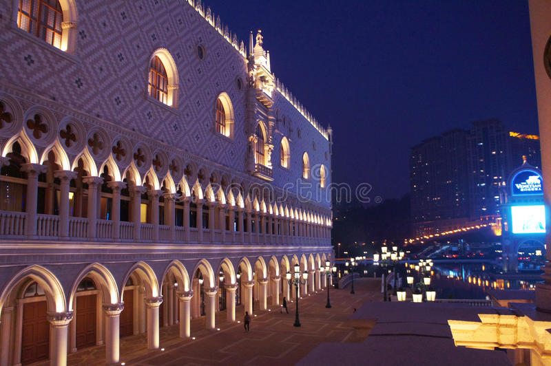 Centro turístico de la copia del palacio del dux veneciano del casino de Macao por noche imagen de archivo