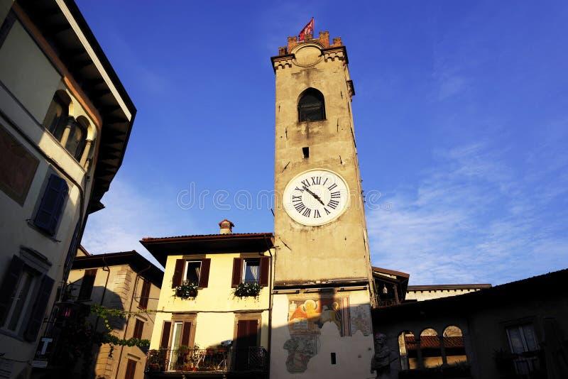 CENTRO TURÍSTICO DE LOVERE, LAGO DE ISEO, EL 21 DE OCTUBRE DE 2018: Torre Civica - la torre cívica fotografía de archivo