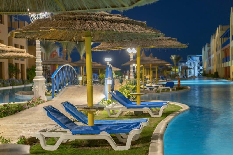 Centro turístico de lujo con la piscina en la opinión de la noche paisaje al aire libre del hotel con la piscina Cara de la pisci imagenes de archivo