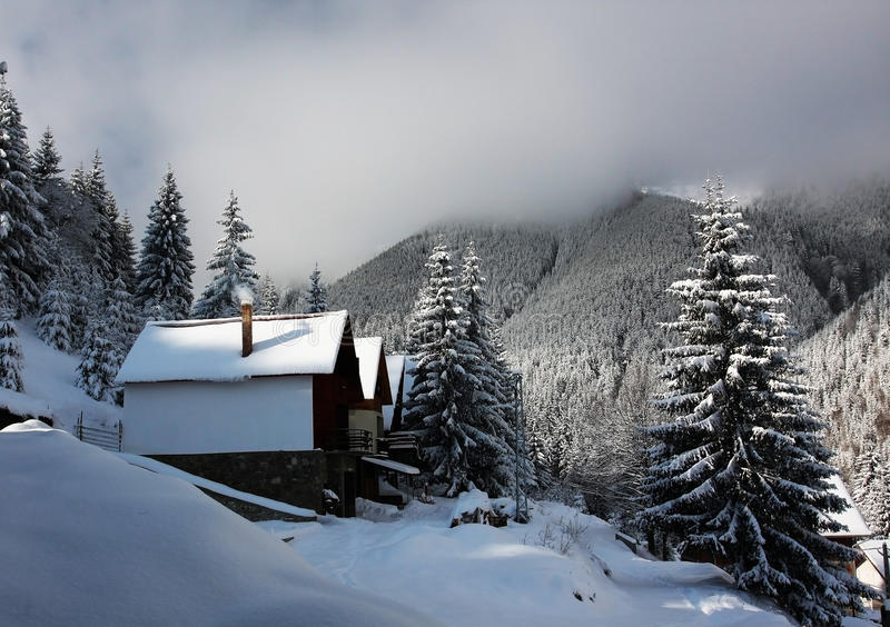 Centro turístico de montaña alejado imagen de archivo libre de regalías